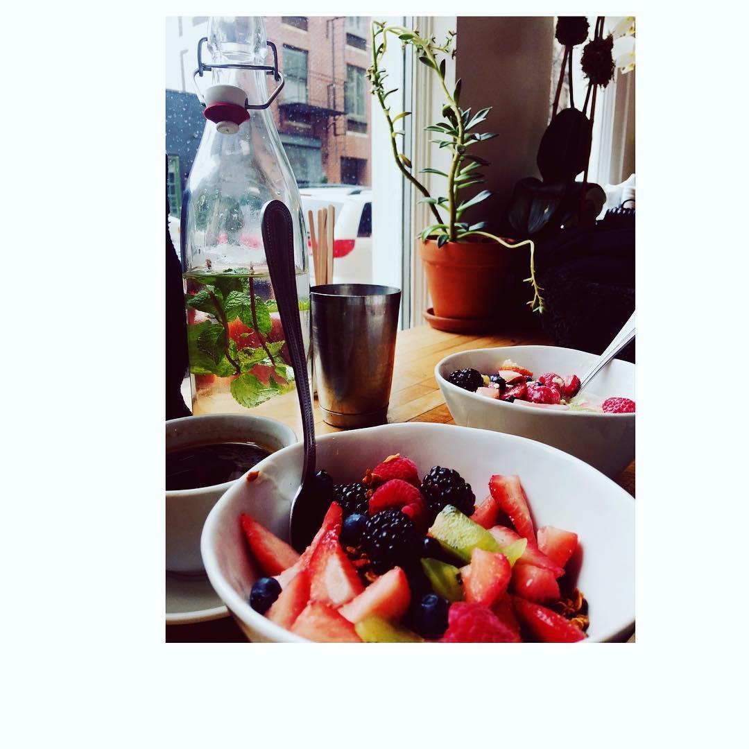L'heure du goûter approche avec ce Yaourt au lait de coco et son muesli cuit au four hummm Recettes et articles sur mon site internet : lgiami-dieteticienne.fr