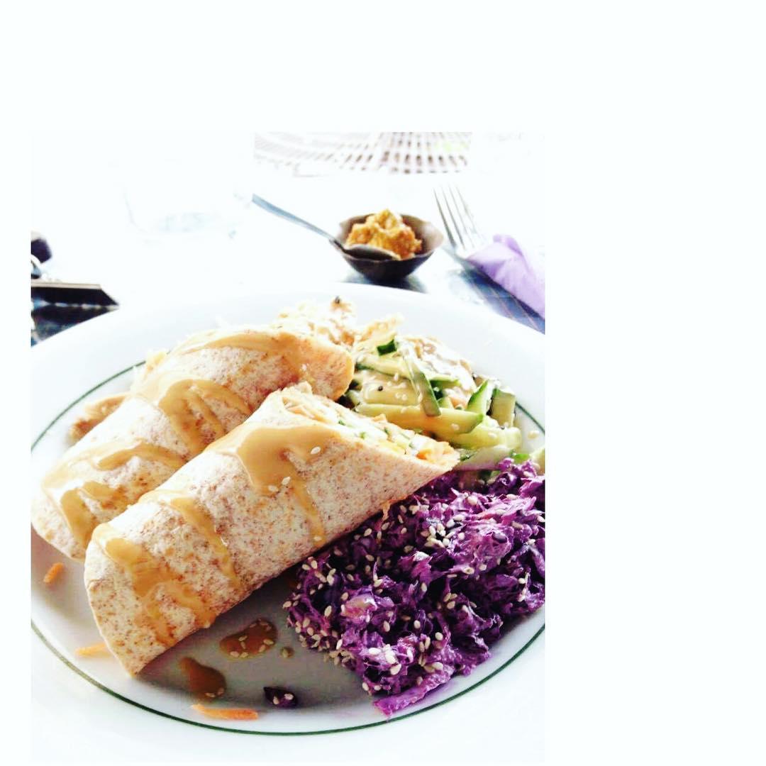 Partez à la découverte d'un plat du Bangladesh : Le Chapati poulet // Crudités concombre et choux rouge Recettes et articles sur mon site internet : lgiami-dieteticienne.fr