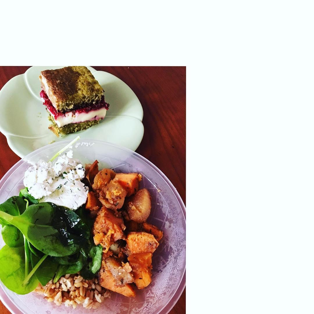Salade veggie du jour : Légumes caramélisés à l'érable // Céréales // Chèvre aux herbes fraîches - Cake Matcha Framboise Chocolat blanc ❤ @lestandparis Recettes et articles sur mon site internet : lgiami-dieteticienne.fr