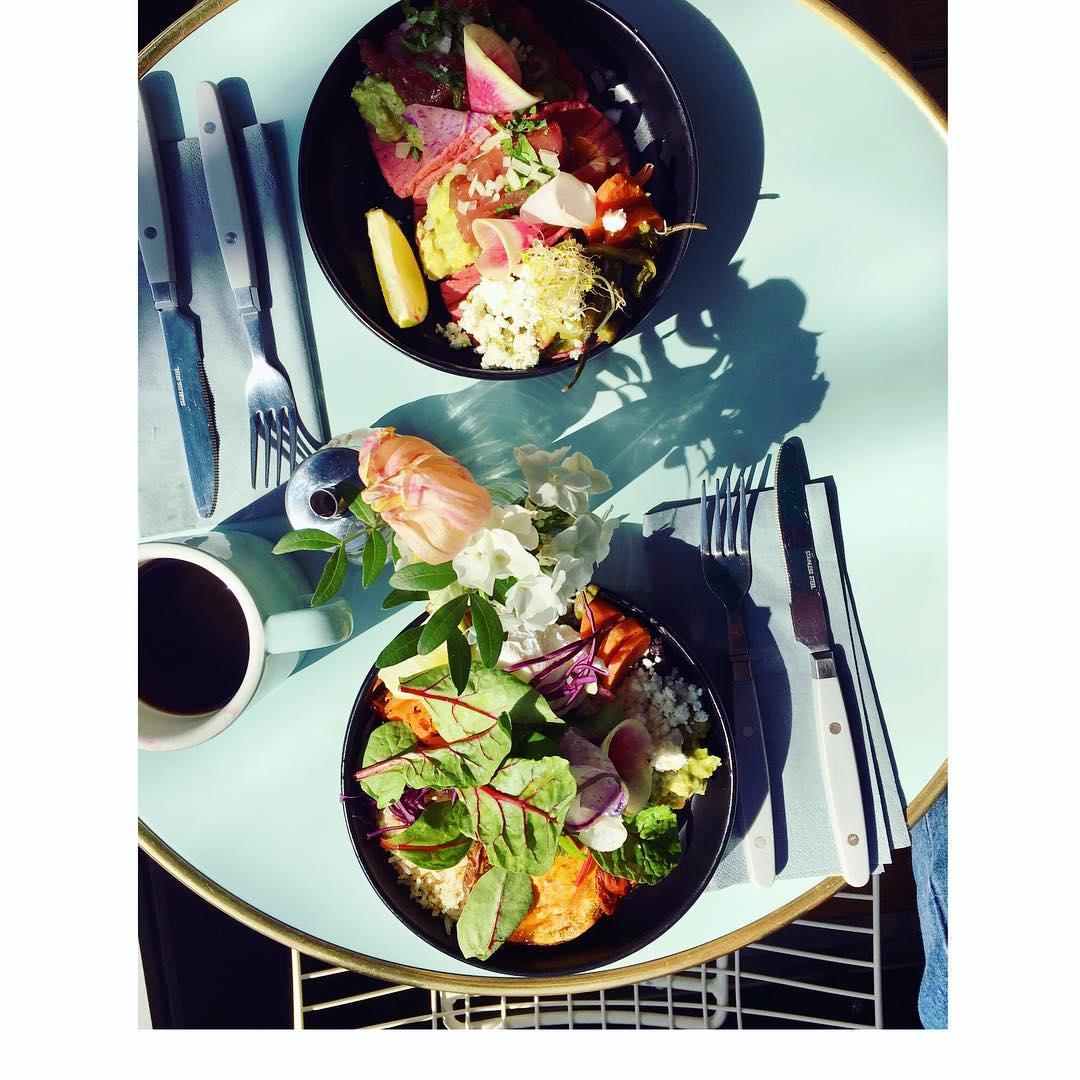 Salade veggie & Tacos chez @republiqueofcoffee  Recettes et articles sur mon site internet : lgiami-dieteticienne.fr