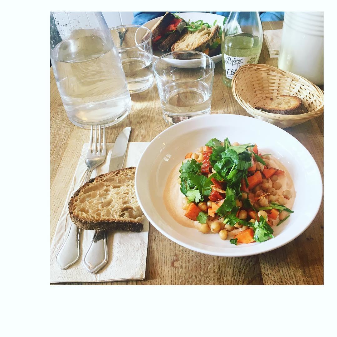 Salade du moment @cafeoberkampf : Carottes crues épicées, pois chiches, tomates séchées, menthe, persil, coriandre, Rahini fumée et za'atar Recettes et articles sur mon site internet : lgiami-dieteticienne.fr