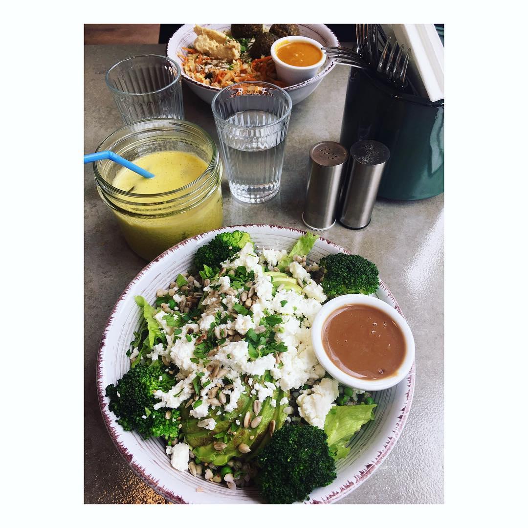 Tous les produits sont faits Avec Amour 🖤 chez @nousrestaurant  Salade Feta&Avocat // brocolis / petits pois / bl Recettes et articles sur mon site internet : lgiami-dieteticienne.fr